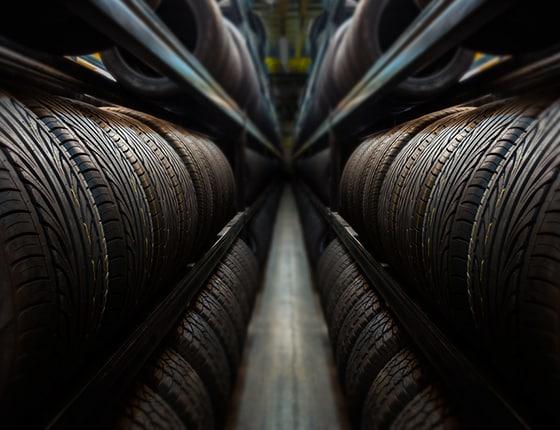 Hunderte von Reifen auf Regalen